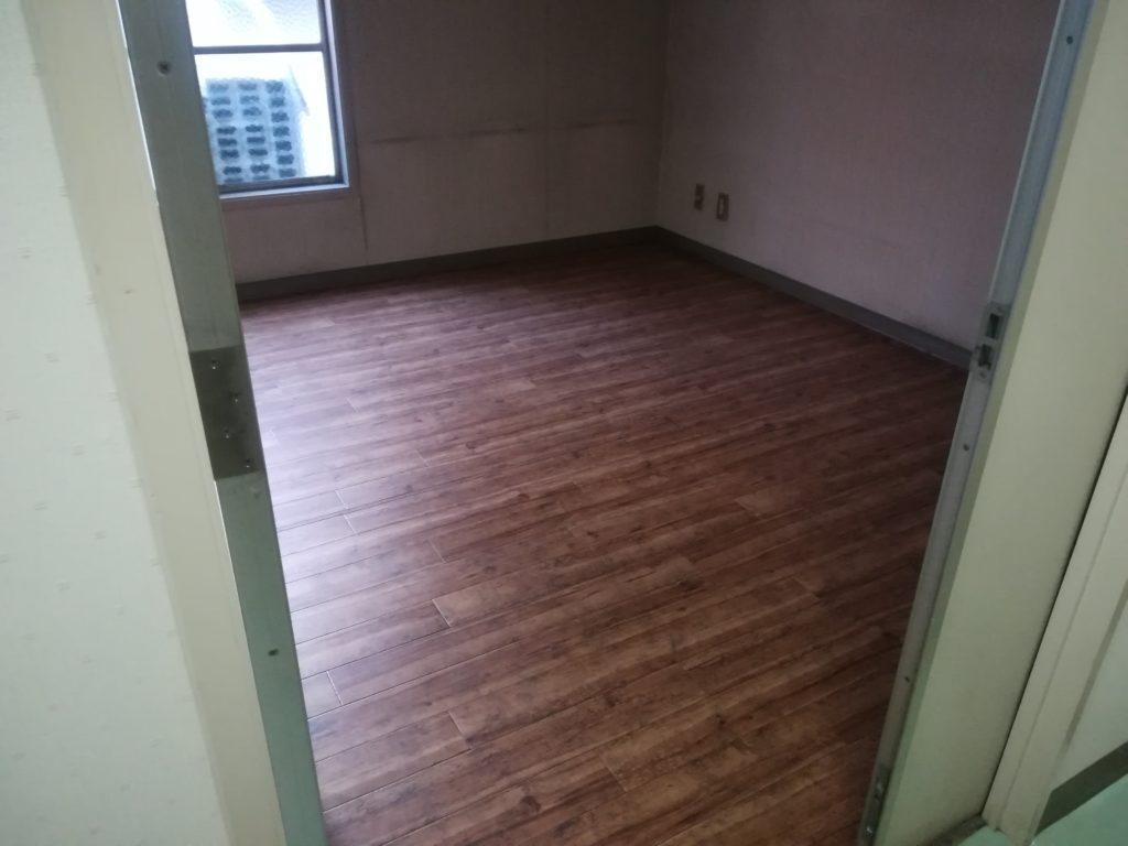 事務所の床にクッションフロアを施工