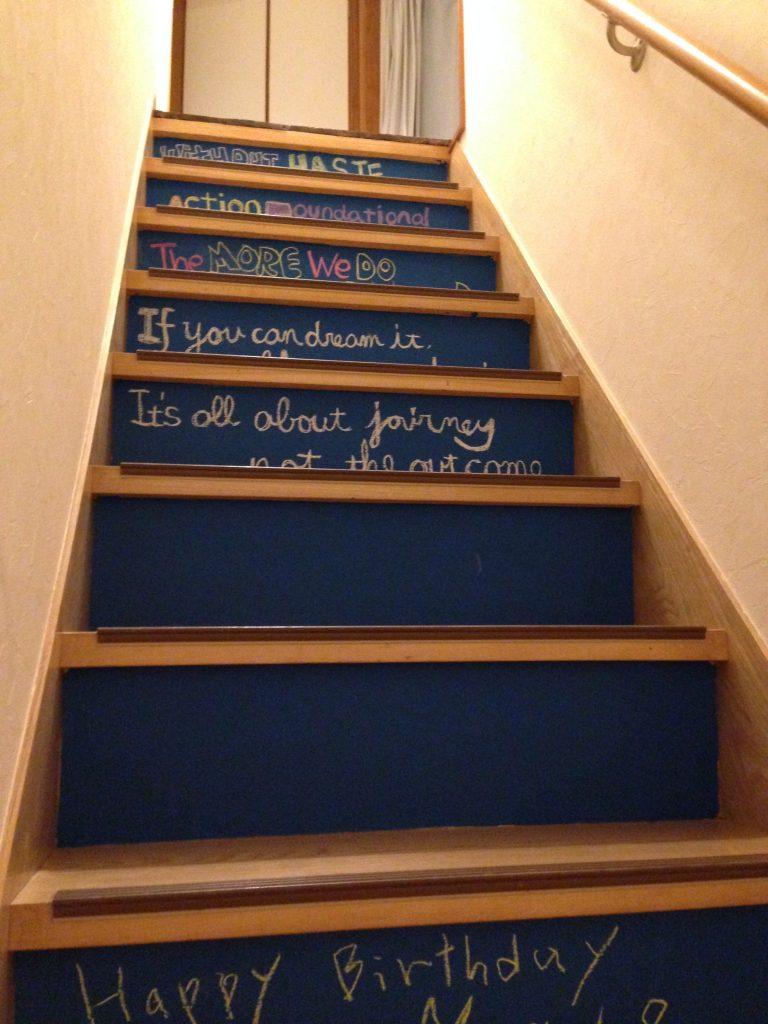 黒板塗料を利用した階段のイメージチェンジ