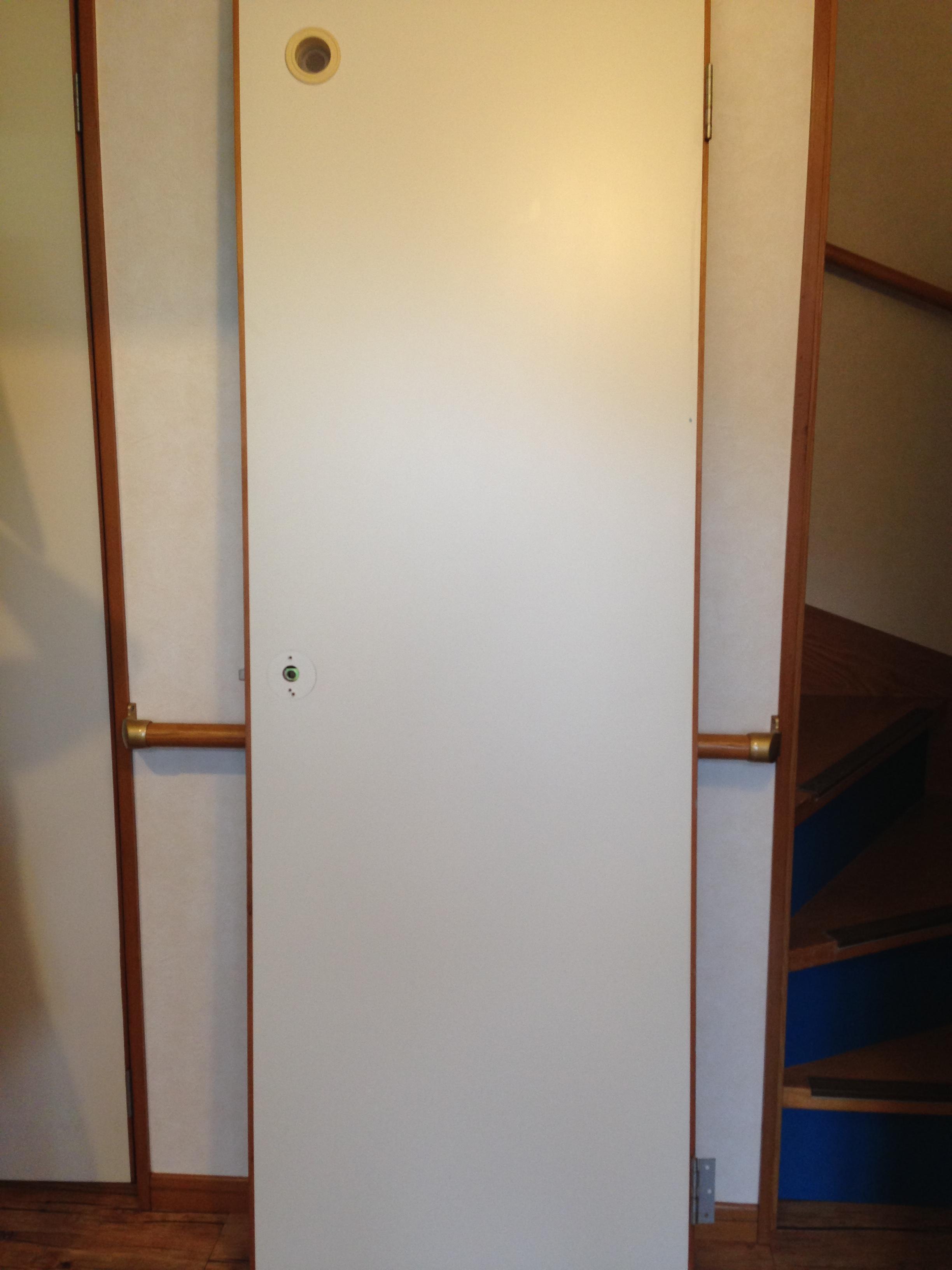 壁紙を利用したドアのイメージチェンジ 松山市の不動産鑑定評価なら